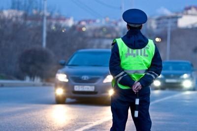 Сотрудник ГИБДД останавливает водителя