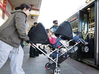 Как погрузить коляску на борт самолета?