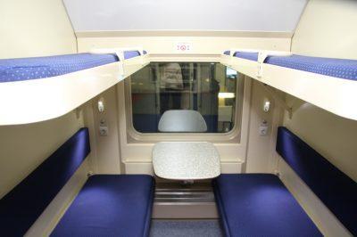 Какие места в плацкарте лучше брать: на каких есть розетки, какое место в поезде нижнее и какое окно не открывается в плацкартном вагоне